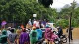 CSGT Hòa Bình đội mưa giúp người dân chuyển xe máy qua đoạn đường ngập úng
