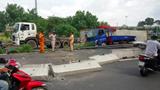 Thùng xe container đè nát xe tải, tài xế may mắn thoát nạn