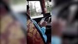 Tài xế xe khách liều lĩnh vừa lái xe vừa dùng điện thoại trên cao tốc Hà Nội – Hải Phòng