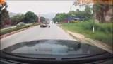 Hài hước xe bán tải đang đi rụng bánh trên đường phố Việt
