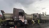 Tai nạn giao thông liên hoàn: Container lật nghiêng, 2 xe đầu kéo nát cabin