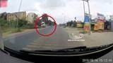Clip:Tài xế bẻ lái cứu sống 2 bé gái sang đường, xe bồn lật nghiêng