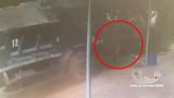 Clip: Xe tải lao lên vệ đường, người đàn ông thoát chết trong tích tắc