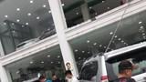 """Hà Nội: Ô tô 'bay"""" từ tầng 2 showroom xuống đất khiến 2 xe khác gặp họa"""