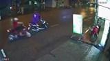 Video: Dừng xe giữa đường mặc áo mưa, 2 mẹ con gặp nạn