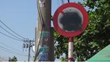 Biển cấm xe container bị sơn xịt, tiềm ẩn nguy hiểm cho người tham gia giao thông