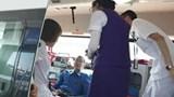 Nhân viên Vietnam Airlines giúp khách bị bệnh trên chuyến bay của Nga