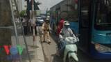 Xe buýt va chạm xe 7 chỗ, đường Phạm Văn Đồng ùn tắc nghiêm trọng