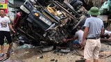 Xe tải lật ngửa khiến 2 bố con thương vong