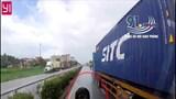 Clip: Xe container bất ngờ rụng bánh trên QL5 khiến xe sau phanh gấp