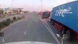 Clip: Phóng nhanh tạt đầu container, 2 người đi xe máy suýt mất mạng