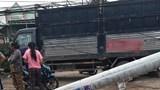 Xe tải lùi tông đổ nhiều cột điện, người dân chịu cảnh mất điện trong ngày nghỉ lễ