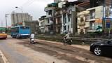 Hà Nội: Đất đá rơi vãi trên đường Nguyễn Khoái