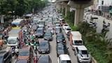 """Hà Nội: Ô tô đua nhau dàn hàng, """"chiếm"""" hết đường xe máy gây ùn tắc"""