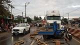Người điều khiển xe ba gác chết thảm sau cú tạt đầu container