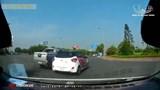 Clip: 2 xe ô tô rượt đuổi, chèn ép nhau trên đường phố Hà Nội khiến dân tình bức xúc