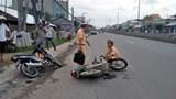 Xe máy tông nhau, 2 người đàn ông nhập viện cấp cứu