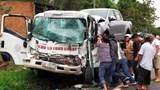 Tông vào xe tải, tài xế xe cứu hộ gãy chân, mắc kẹt trong cabin