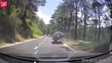 Clip: Tài xế nghi ngủ gật, đâm ô tô vào dải phân cách khiến xe rụng bánh