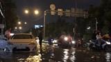 Đường Nguyễn Hữu Cảnh ngập sâu, hàng trăm phương tiện chết máy
