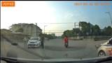 Clip: Tông vào xe chiến sĩ công an, nam thanh niên bay lên nắp capô
