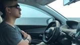 Tranh cãi về clip tài xế buông cả 2 tay khi đi ô tô tốc độ cao trên cao tốc