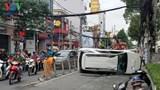 TP Hồ Chí Minh: Ô tô tông dải phân cách rồi lật ngửa, nhiều người suýt chết