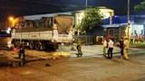 Va chạm với xe tải đang ôm cua vào chợ, 3 người đi xe máy thương vong
