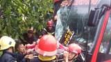Bình Dương: Xe khách va chạm với xe máy, 39 hành khách mắc kẹt