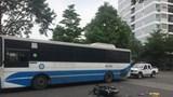 Nghi đuổi theo cướp, nữ sinh tông vào xe buýt ngã bất tỉnh