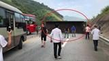 Xe đầu kéo nổ lốp, lật ngang giữa cao tốc Hà Nội - Lào Cai