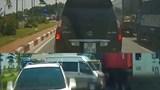 Video: Xe container tông liên hoàn 3 ô tô đang dừng chờ đèn đỏ