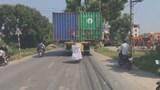 Video: Kinh hãi cảnh 1 xe đầu kéo chở 2 container ngênh ngang trên đường