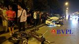 Hà Nội: Xế hộp kéo lê xe máy cả trăm mét, tông đổ cột điện trong đêm