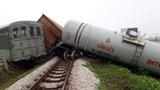 Video tàu hỏa đâm văng xe tải, đứt 4 toa ở Nghệ An
