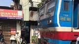 Hà Nội: Cố vượt đường ray, thanh niên đi xe máy bị tàu hỏa đâm tử vong
