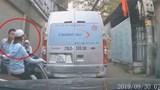 Video: Nam thanh niên đi SH nhổ nước bọt vào một phụ nữ đi đường