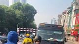 Xe ô tô 30 chỗ ngang nhiên đi ngược chiều cầu vượt Tây Sơn - Thái Hà