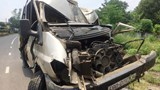 Xe khách 16 chỗ đâm xe máy, tông cột điện khiến 3 người thương vong