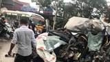 Ôtô 16 chỗ nát đầu khi tông xe tải, 2 tài xế nhập viện cấp cứu