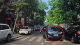 Hà Nội: Ô tô ngang nhiên dừng xe ngược chiều giữa đường
