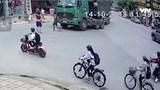 Clip: Đi vào điểm mù xe tải, hai học sinh thoát chết ngoạn mục dưới gầm