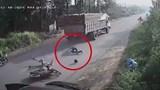 Clip: Tài xế mở cửa thiếu quan sát, 2 người đi xe máy suýt bị xe tải cán
