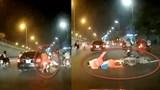 Clip: Ô tô tông vào 2 vợ chồng chở con nhỏ té ngã rồi bỏ chạy