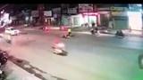 Clip: Xe máy lao như tên bắn, tông thẳng vào đầu taxi