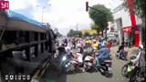 Clip: Xe ben mất phanh tông hàng loạt xe máy dừng đèn đỏ