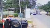 Video: Phóng xe theo kiểu tự sát, tài xế xe máy nhận cái kết thảm khốc