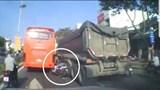 Clip: Cố vượt ẩu, thanh niên suýt mất mạng vì kẹt giữa xe ben và xe khách