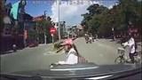 Clip: Ô tô chạy tốc độ cao tông bay nữ sinh đi xe điện sang đường