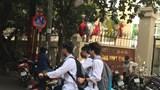Học sinh trung học ở Thủ đô thản nhiên đi xe máy đến trường